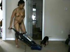 Femme noire poilue nudiste nettoie la maison